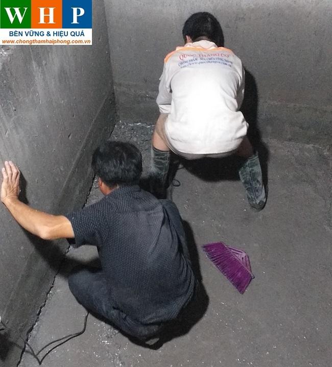 Vệ sinh bề mặt trước khi thi công chống thấm phòng vệ sinh