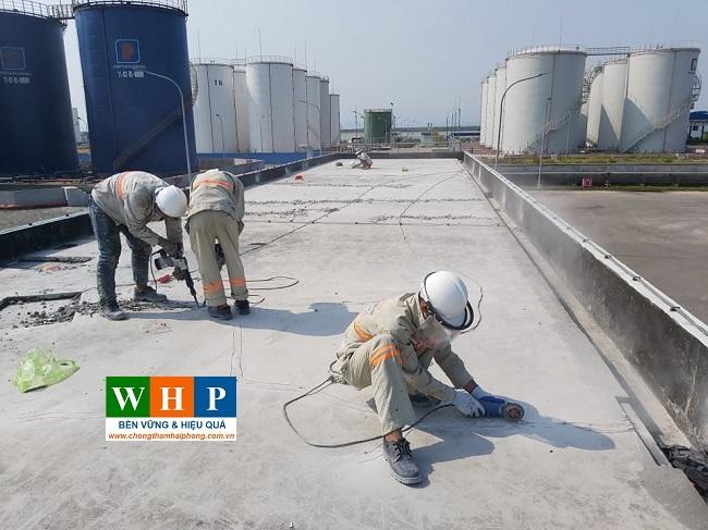 Vệ sinh bề mặt trước khi thi công chống thấm sàn mái