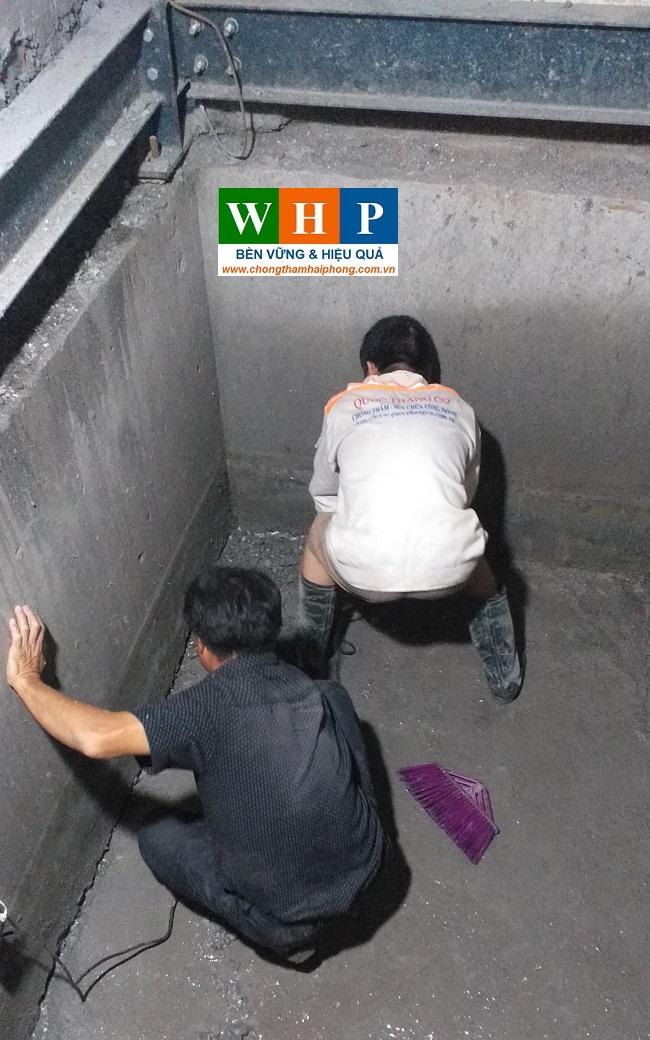 Vệ sinhh trước khi thi công chống thấm hố thang máy